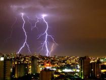 Segurança com a rede elétrica durante tempestades de verão deve ser redobrada